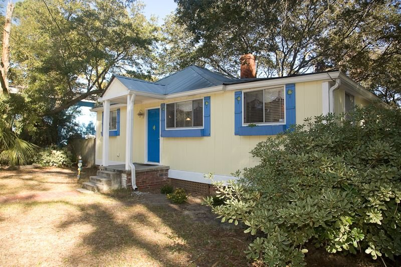 Family and Pet Friendly with Privacy Fence, holiday rental in Tybee Island