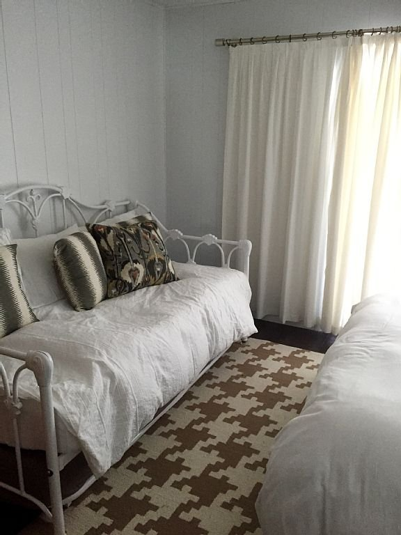 Daybed in third bedroom.