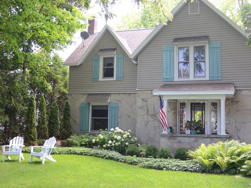 Lovely home overlooking Round Lake in Charlevoix, North Side of Harbor, casa vacanza a Charlevoix