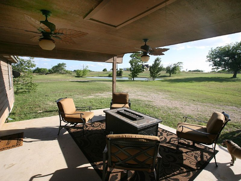 Relax in country near San Marcos w/Fishing Pond on springfed creek, holiday rental in Red Rock