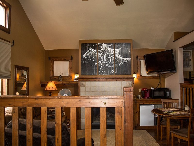 420 FRIENDLY;-) Mummy Mtn Suite Jacuzzi - Fireplace, wifi TOWN CLOSE - Pets OK, vacation rental in Estes Park