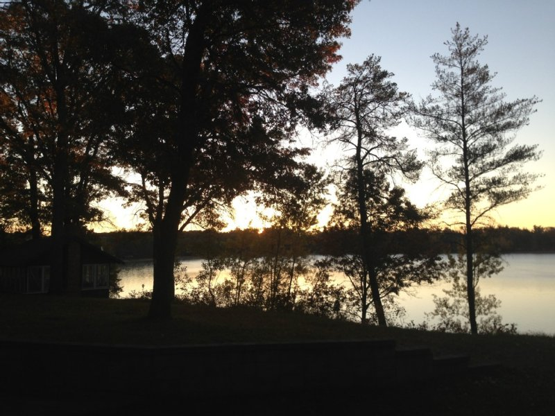 Spacious All-Season Lakefront Cabin On Pristine Des Moines Lake - Sleeps 26!, holiday rental in Danbury