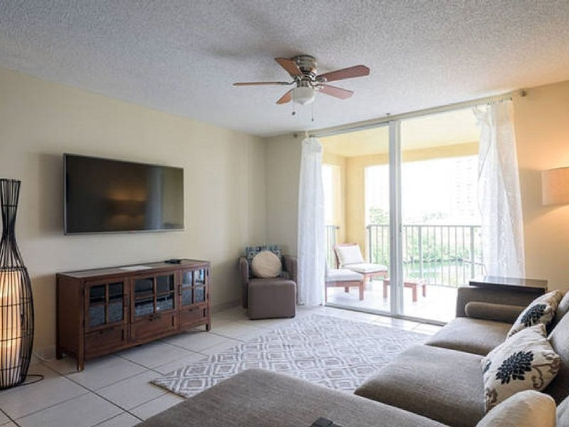 Spacious 2 Bedrooms with Water Views close to the Beach and Aventura Mall, alquiler vacacional en Aventura