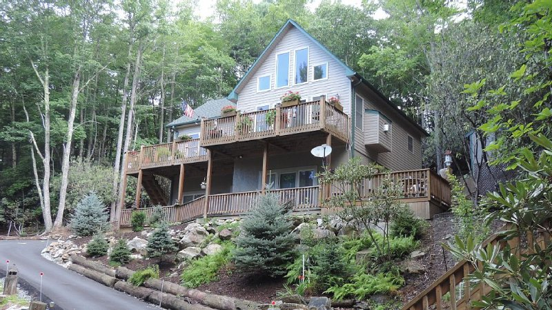 REDUCEDMonthlySummerRates*Beech Mtn living� 2BR/2Bth/New/Clean/Club/Wifi/Cable/, holiday rental in Beech Mountain