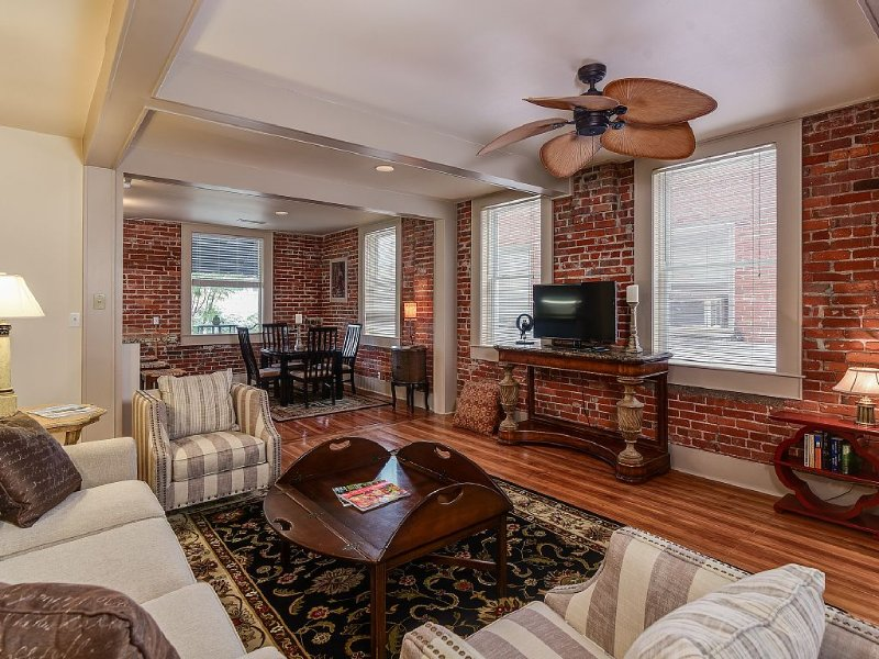 Downtown Hendersonville Loft with private balcony overlooking Main Street., Ferienwohnung in Hendersonville