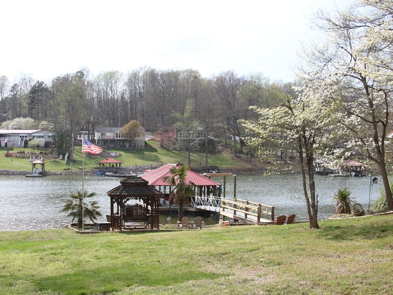 Lakefront Living! Paddle boat, Canoe, Fishing, and More! Sleeps 12!, holiday rental in Sherrills Ford
