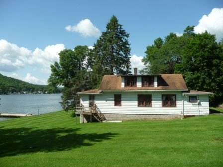1920s Cuba Lake Cottage with 4 bedrooms and one bathroom, large yard, and dock., location de vacances à Olean