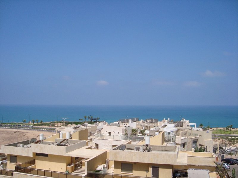 Spacious South Netanya Apartment in the Royal Residence with Beautiful Sea View, aluguéis de temporada em Distrito Central