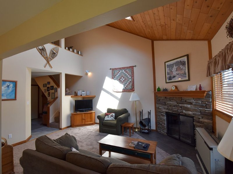 Trail Creek Totally Renovated Top Two Floor End Unit 2 Full Bath 2 Queen Bed, holiday rental in Killington