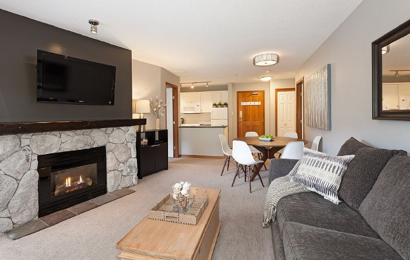 Luxe Aspens Ski-in/Ski-out Fully Upgraded 2 Bed/2 Bath Condo With Great Mtn View, location de vacances à Whistler