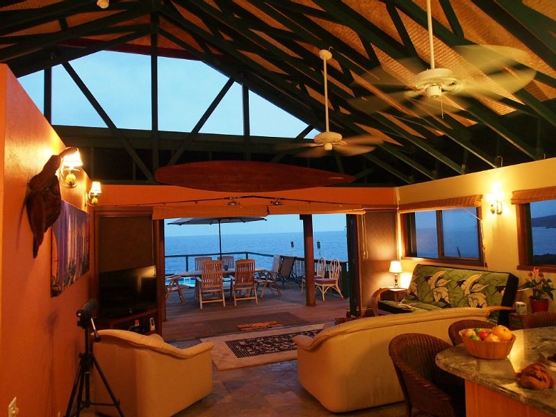 Private, ocean front home with private pool,  Amazing place!, alquiler de vacaciones en Milolii