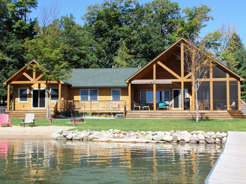 AMAZING North Elk Lake Getaway, location de vacances à Kewadin