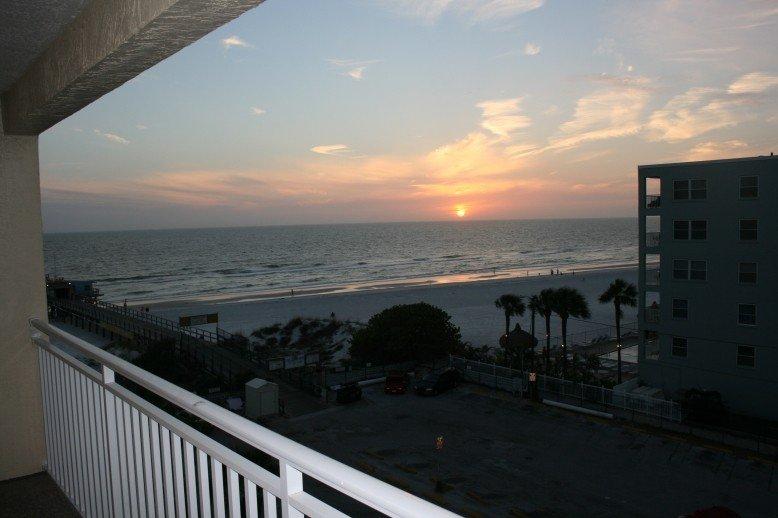 Beachfront! Roomy Condo, Pool Onsite, Steps Away From The Beach!, casa vacanza a Redington Shores