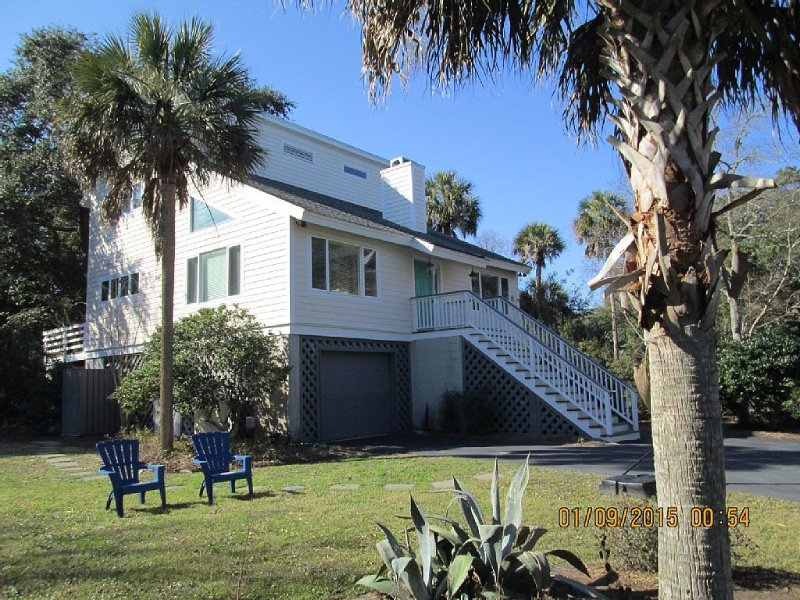 3 Bedroom House - 5 Minute Walk to Pristine Beach and Wild Dunes Sports Card, vacation rental in Isle of Palms
