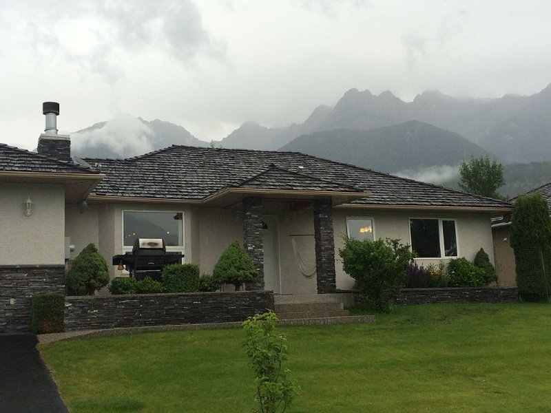 Fairmont Hot Springs Home In Riverside Golf Course. Pet-friendly with dog run., Ferienwohnung in Fairmont Hot Springs