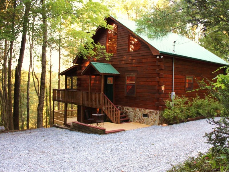 Luxurious Fightingtown Creek Cabin, 2 King Suites, Nestled Among Trees, vacation rental in Epworth