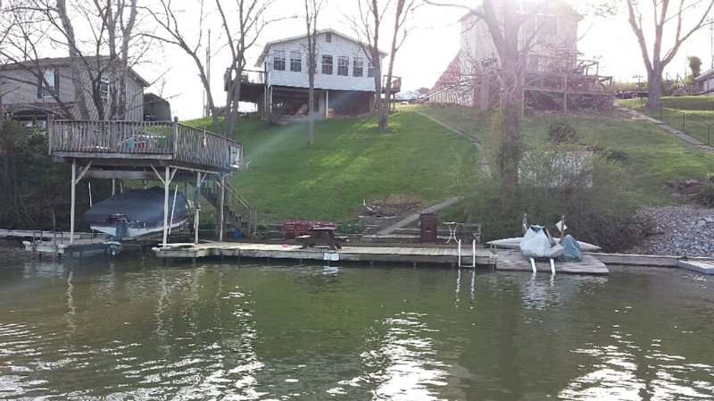 Cozy lakefront cottage! Family and Pet Friendly! Relax and enjoy lake life!, alquiler de vacaciones en Crittenden