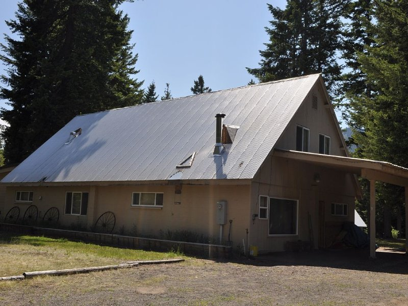 5 Bedroom House Sleeps 20 - Year round access!!, vacation rental in Ronald