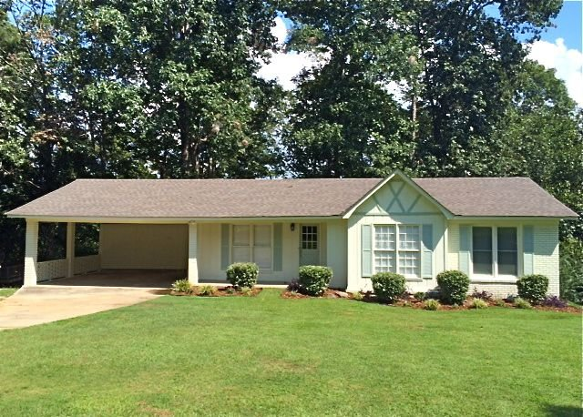 Beautiful Home On Lake Tuscaloosa great for wkend getaway and family gatherings!, holiday rental in Coker