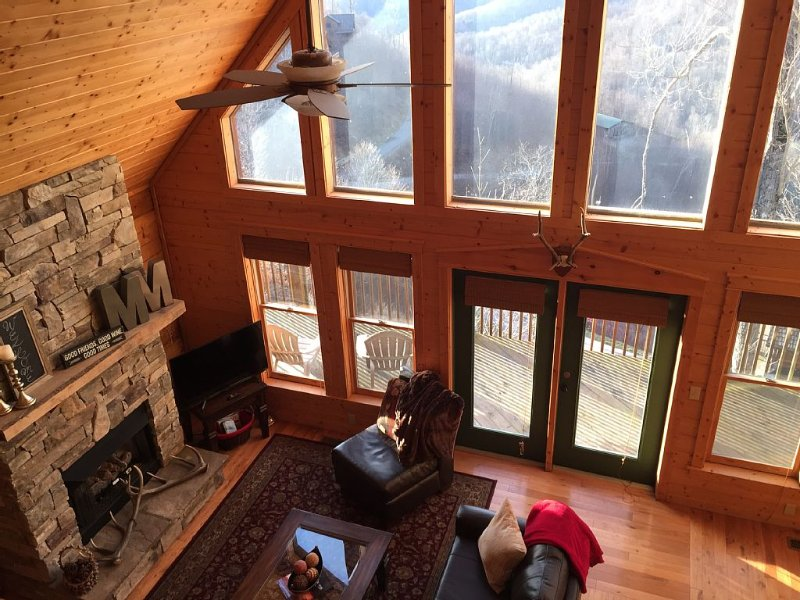 Log Cabin - 30 Min To Asheville W/ Mountain Views, Ski / Golf, Pet Friendly!, holiday rental in Flag Pond