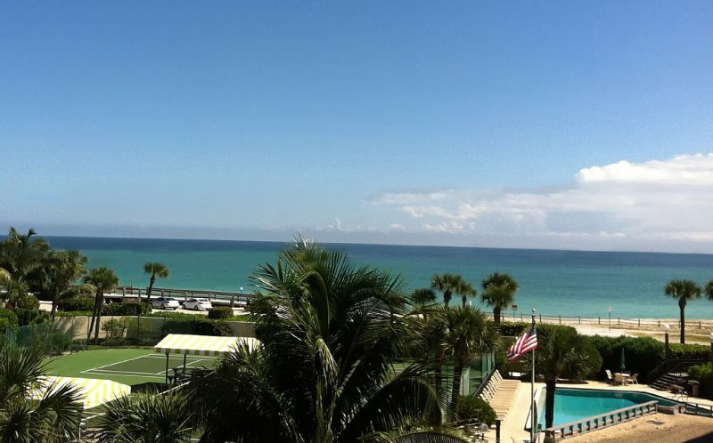 Gorgeous Direct Ocean Views, Walk to Town, Beautifully Appointed!, location de vacances à Vero Beach