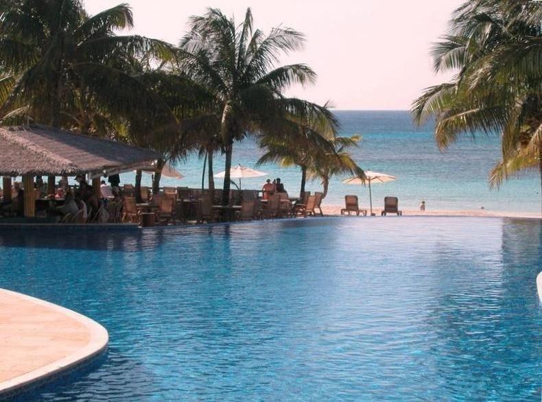 West Bay Beach Luxury Infinity Bay Condo  - Top Floor with Great Views!, vacation rental in Roatan