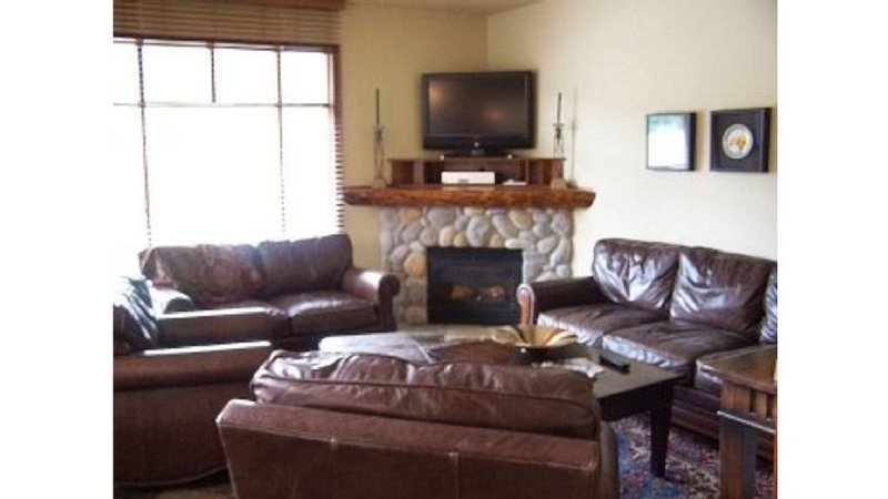 Stunning Ski-in Ski-Out Location.  4 Bedrooms + Den, 3-1/2 Baths, Sleeps 10 – semesterbostad i Sun Peaks