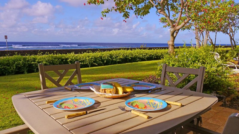 Oceanfront dining on lanai