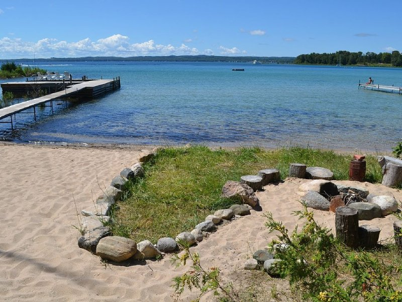 Cozy Cottage Retreat with Sandy Beach on Grand Traverse Bay, holiday rental in Northport