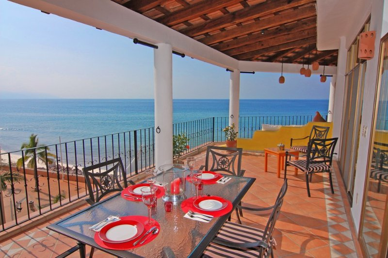 *BEACHFRONT IN THE CITY CENTER* THE FABULOUS PENTHOUSE OF THE DOLPHINS!!, alquiler de vacaciones en Puerto Vallarta