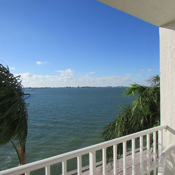 Beautiful Sunset Views - Boca Ciega Bay! Just remodeled master bathroom, vacation rental in St. Petersburg