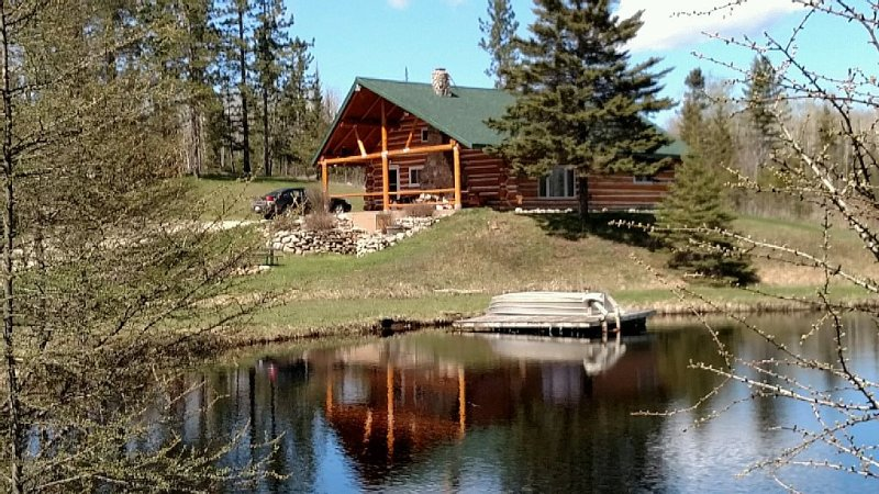Family friendly comfy log lodge and pond.  RENT FOR DEER RIFLE SEASON THIS NOV!., alquiler vacacional en Foster City