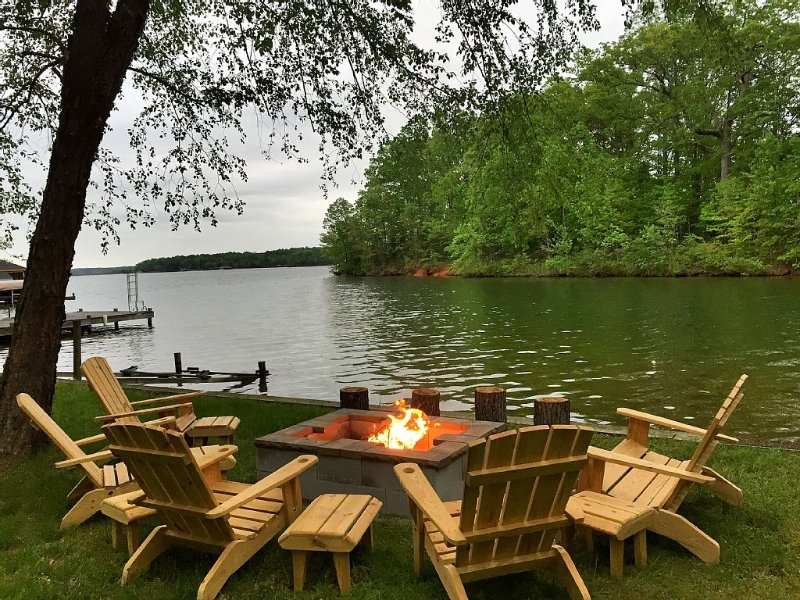 Beautiful Waterfront Home nestled on a scenic, private cove with all amentities!, casa vacanza a Bumpass
