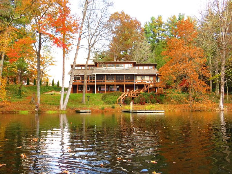 Wonderful Lodge Over Looking Beautiful Lake On 18 Pristine Acres In Asheville, aluguéis de temporada em Arden