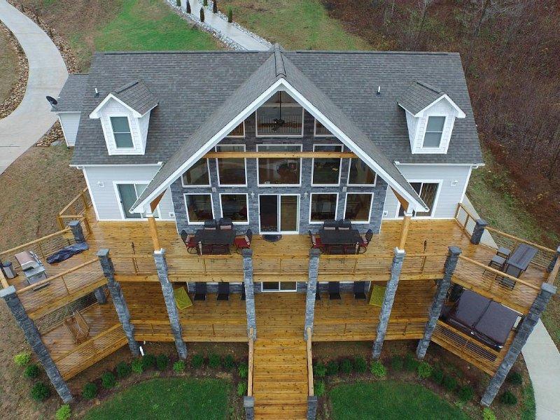 Blue Grotto - New 6 BR Lakefront Home, Sleeps 22+, w/Private Dock Hi-Dive Hottub, vacation rental in La Follette