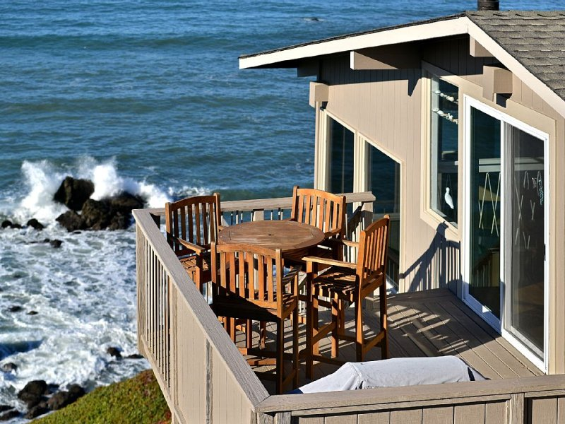 Absolute Oceanfront on Bluff w/Crashing Surf, holiday rental in Marin County