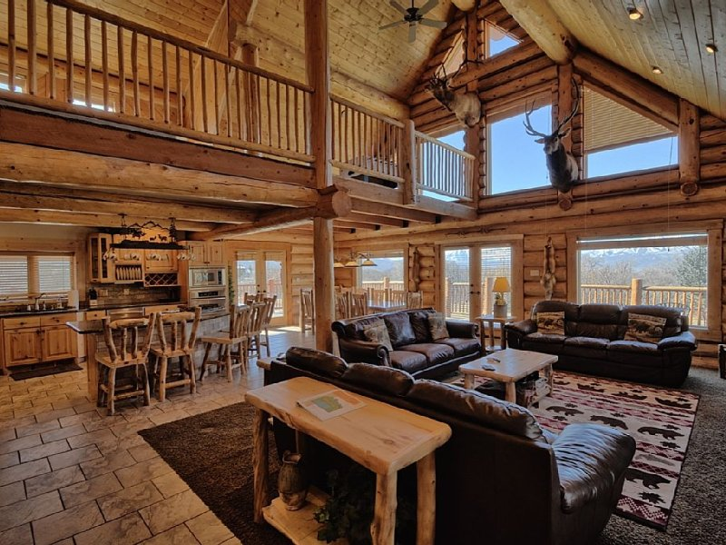 5000 sq-ft Log Cabin, 7 BR, Sleeps up to 40, holiday rental in Timber Lakes