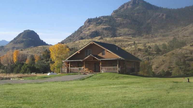 Yellowstone River Lodge 2   open -Sleeps 18- YNP  Park OPEN, alquiler de vacaciones en Gardiner