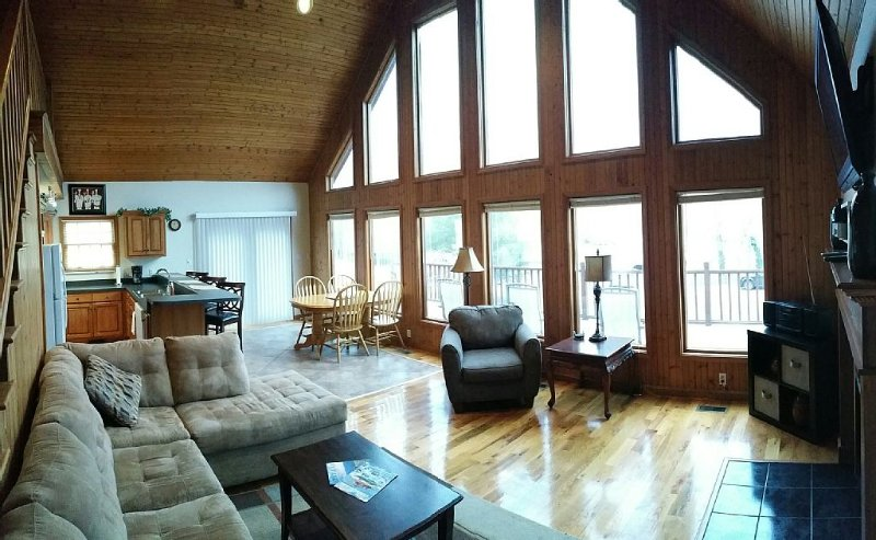 Overlooks Jamestown Marina & State Dock, Lakeview House, 4Br/3Ba, Sleeps 10, vacation rental in Monticello