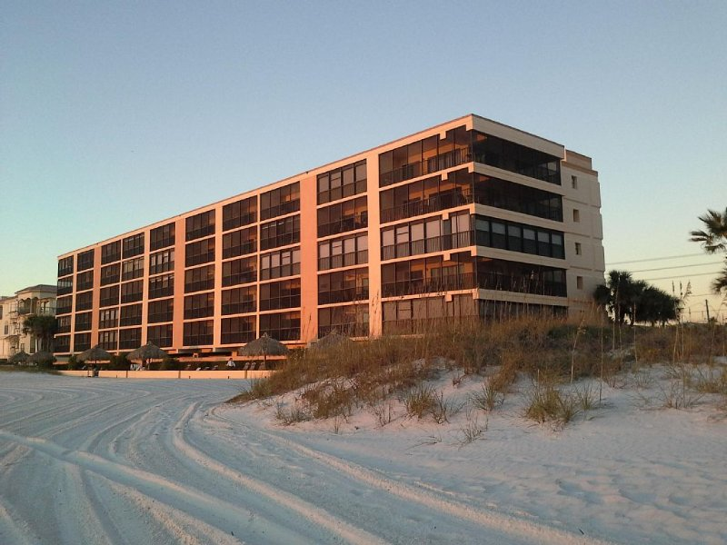 Luxury Beach Front....3 Bedroom SW Corner Condo, holiday rental in Madeira Beach