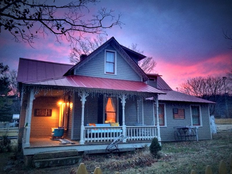 Tin Roof Cottage: Picturesque Cottage In The Heart Of Leiper's Fork, vacation rental in Franklin
