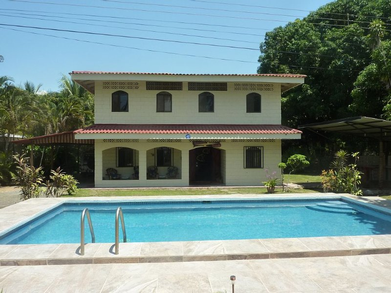Beachfront Spanish style home perfect for large families or groups of friends., location de vacances à Esterillos Este