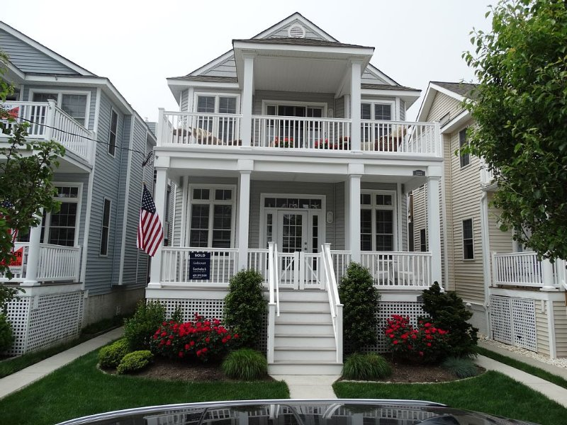 ASBURY RETREAT   1.5 blocks from beach!   3220 Asbury Ave   1st Flr    3 br/2ba, aluguéis de temporada em Ocean City