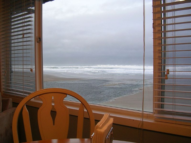 Sea Gypsy Oceanfront Condo with Pool, Sauna, Wi-Fi, holiday rental in Lincoln City