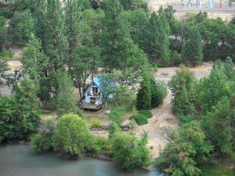 Beautiful Klickitat Riverfront Chalet Style Rental, Boat Lauch, Camping Property, holiday rental in Lyle