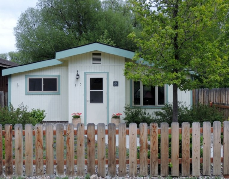 Immaculate, Well Appointed Cottage In The Heart Of Ennis, Mt., vacation rental in Ennis