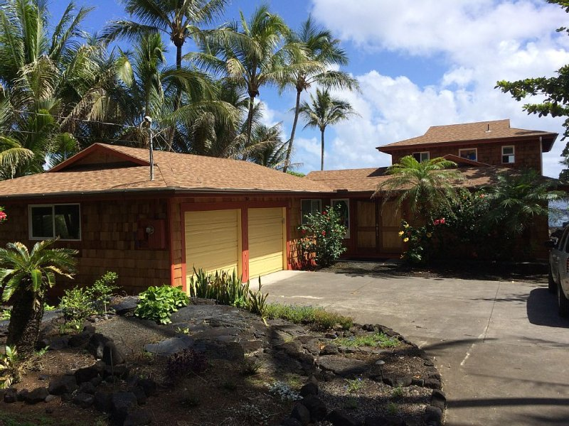 GORGEOUS EXTREME OCEANFRONT HOME WITH HOT TUB, ANY CLOSER AND YOU'D BE SWIMMING!, vacation rental in Kapoho