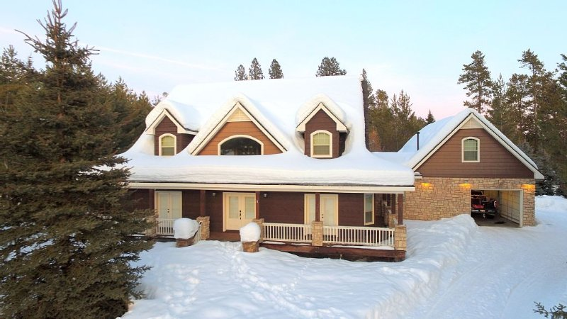 Mountain Retreat With Private Dock Close To Tamarack! Family Reunions Welcome!, alquiler vacacional en Donnelly