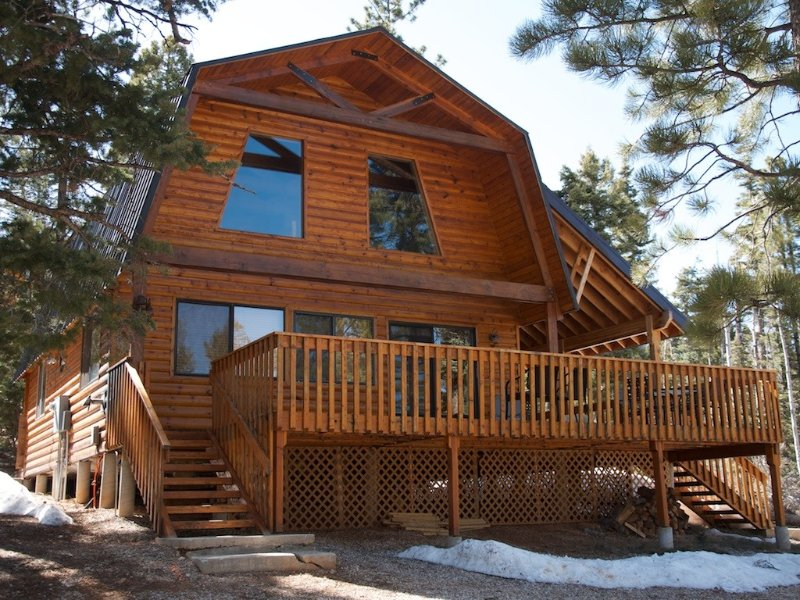 Cozy Log Cabin Located On Half An Acre In The Trees, casa vacanza a Duck Creek Village