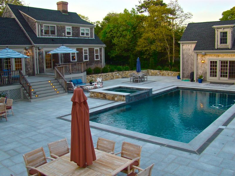 Edgartown Retreat. Walk to Town. Heated Pool! Recently Renovated., holiday rental in Edgartown